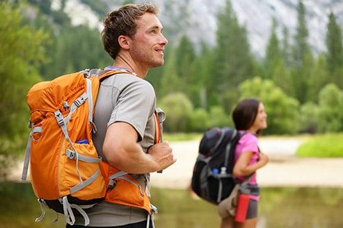 Zwei Wanderer mit Daypacks