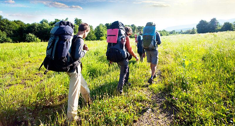 Drei Wanderer mit Trekkingrucksack
