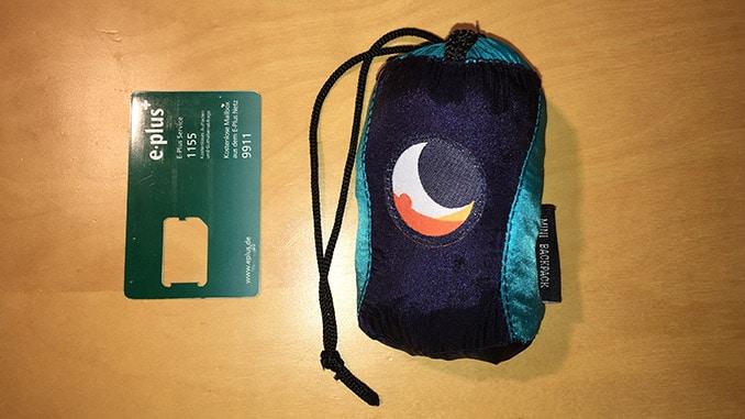 Der verpackte Mini Backpack im Vergleich zu einer Scheckkarte