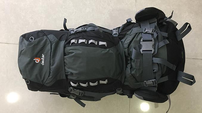 Backpacking Rucksack zusammengepackt fürs Flugzeug